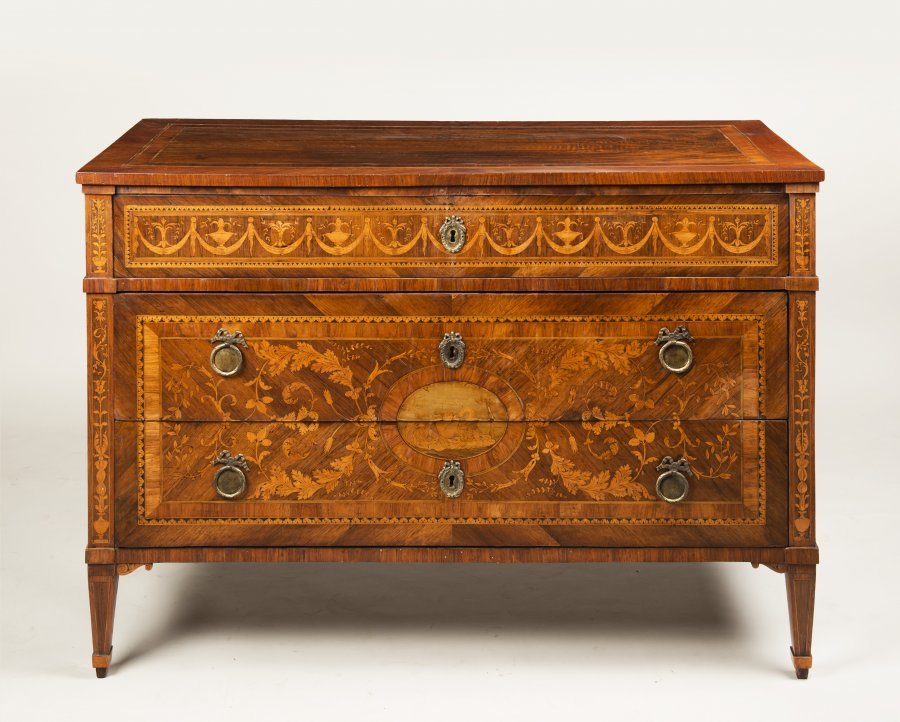 A NEOCLASSICAL CHEST OF DRAWERS